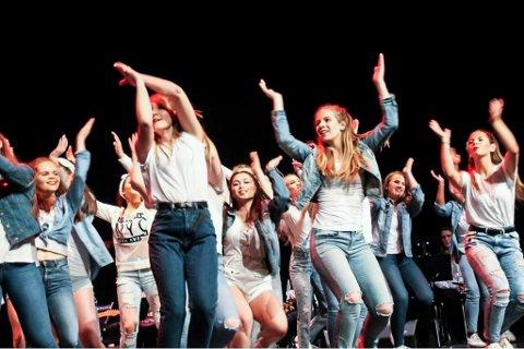 KREATIVE: Firda Ung sin meldar meinte dansarane i revyen hadde kreativ koreografi.