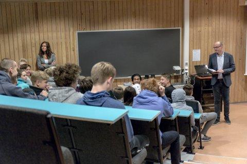 SPENNING: Rektor Hallgeir Hamre på Førde ungdomsskule les opp kven som kjem opp i kva til skriftleg eksamen. Nokon var nøgde, andre ikkje.