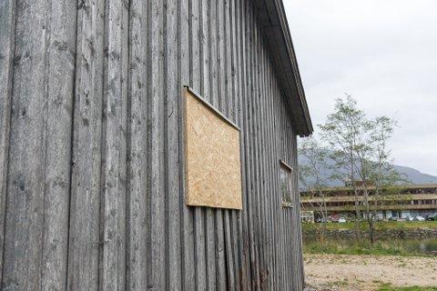 INN VINDAUGET: Per Arne Bruland trur tjuven må ha tatt seg inn gjennom eit dårleg vindauge då  verktøy for 30.000 kroner eller meir vart stole.