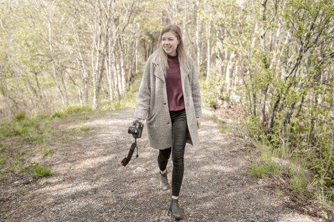 Marte Kittang (20) frå Florø jobbar målbevisst om å oppfylle sitt ønske om å verte motefotograf. I desse dagar held ho på med eksamensoppgåva i motefotografi ved Fotofagskolen.