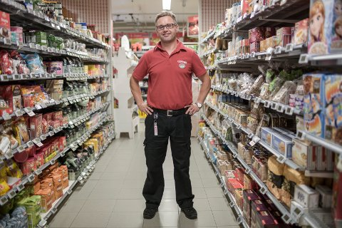 VIL KØYRE UT ØL: Eirik Hjelmbrekke, dagleg leiar på Spar Jølstraholmen, vil tilby øl i nettbutikken.