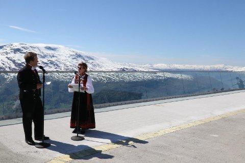 FORTALDE IVRIG: Dronning Sonja fortalde ivrig om fjellturar i fylket då ho vart intervjua av Arne Hjeltnes.