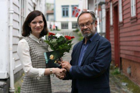 FEKK STIPEND: Noregs Mållag deler ut to nynorskstipend årleg. Her får Kristine Ullaland sitt stipend av Magne Aasbrenn, leiar i Noregs Mållag.