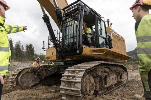 SER DU NOKO? Silje Bakke Nesbø får prøve å sitje inne i gravemaskina mens medelevane går rundt maskina.
