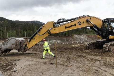 LANG ARM: Dag Raad skrittar opp rekkevidda til si 80-tonns gravemaskin. Han kjem til ein aksjonsdiameter på 26 meter.