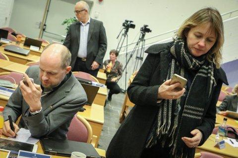 USAMDE: Frank Willy Djuvik (Frp) meiner det er unaturleg å peike ut eit fylkessenter. Venstres Gunhild Berge Stang kallar Førde ein motor for vekst og utvikling i heile Sogn og Fjordane.