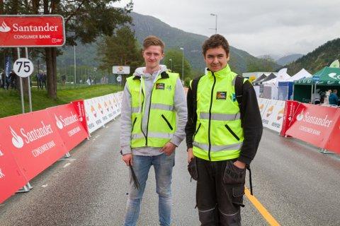 STÅR PÅ: Daniel Hammer Indrebø og Tage Mulen Hetland har jobba med å gjere klart siste strekka før målet i timesvis.