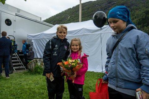 Kamile Andresen Hågvar og Eivind Andresen Hågvar med blomstrane frå leiaren.