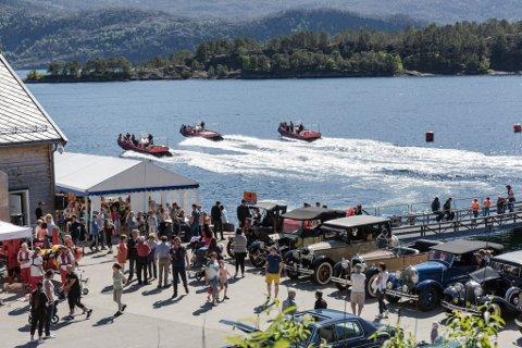 Open dag på Steinvik Fiskefarm. Rundt tusen personar tok turen, ny rekord. Laksemåltid, veteranbilar, båtturar, fiskekonkurranse og bading er stikkorda.