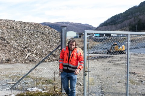 LØYSINGA KLAR: Sunnfjord Miljøverk IKS fekk i fjor eit 40.000 kubikkmeter stort problem. No har dagleg leiar Henning Tjørhom fått godkjent løysinga og det er lyst ut anbodskonkurranse på bioceller.