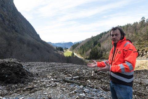 VENTAR: Henning Tjørhom, dagleg leiar ved SUM, ventar på prøveresultat frå den 40.000 kubikkmeter store haugen som Fylkesmannen meiner er ulovleg lagra.