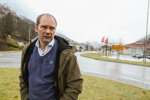 LANGAR UT: – Vi lurer på om vi i Jølster er ein del av fylket, sjølv om vi ligg midt i det, seier ordførar Oddmund Klakegg (Sp).