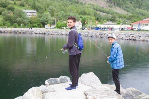 SKIT FISKE: Per Michael og Sverre Kristian Thune har reist med faren sin frå Hafslo til Jølster Aurefest.