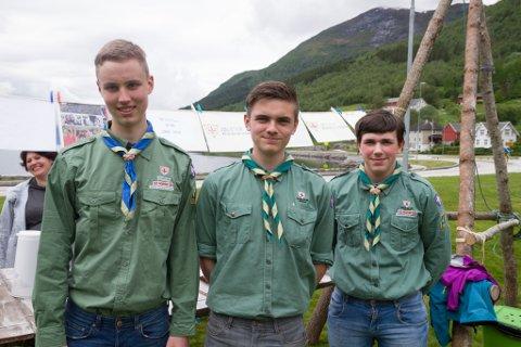SPEIDARAR: Jon Vågane (16), Sverre Årdal (15) og Leander Mulen Sunde (14) har møtt fram for å selje bakevarer for speidaren.