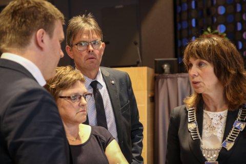 AKSJAR PÅ STALLEN: Fylkespolitikarane blir ikkje kvitt aksjane i fjordhestsenteret. Dette er (f.v.) Aleksander Øren Heen (Sp), Trude Brosvik og Jon Olav Kvamme (KrF) og fylkesordførar Jenny Følling (Sp).
