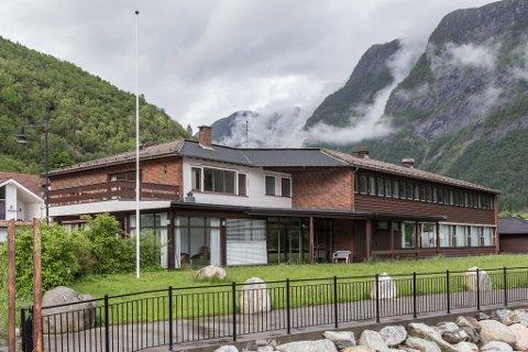NYTT LIV: Vadheim fjordstue har hatt fleire eigarar sidan det vart bygd i 1979. I samband med at eigedomen no er kjøpt av Ruth Irene Dyrhovden og Mark Lutzke, byter verksemda namn til Sogn hotell AS.