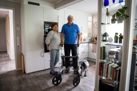 Steinar Sandnes fekk hjerneslag i 2015. Sakte, men sikkert jobbar han seg tilbake til eit verdig liv. Her med kona Inger Sandnes.