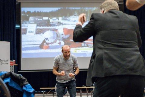 Det gjekk både ei og to kuler varmt då Odd-Bjørn Hjelmeset var til stades på Skei for å motivere dei i skikrinsen. Sjølv deltakarar, som Atle Hamar (t.h.) måtte på golvet då Hjelmeset byrja på sisterunden i sitt føredrag.