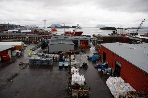 NYE MOGLEGHEITER? Garantiana-utbygginga vil føre med seg mykje drifts- og forsyningsaktivitet. Fylkesrådmann Tore Eriksen peikar på basen i Florø.
