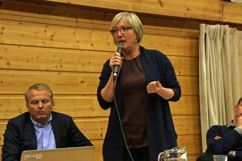 PROTESTAR: Askvoll-ordførar Frida Melvær (H) protesterte intenst mot ambulansekutta i Askvoll. I bakgrunnen dåverande klinikkdirektør Helge Robert Midtbø.