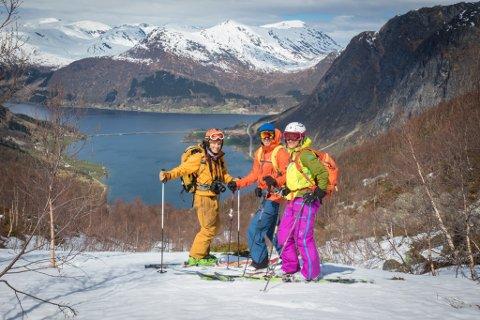 SKRIV BOK: Denne gjengen er eit lite knippe av dei som jobbar med boka om toppturar i Sunnfjord. Frå venstre: Torje Bjellaas, Per Magne Bakke og Brit Siv Fimland.