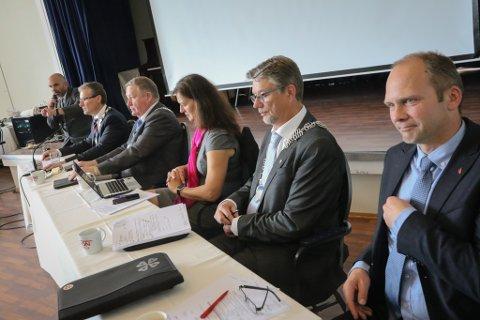 VART FOR VANSKELEG: Alle kommunane stod på sitt i namnesaka. F.v. Olve Grotle (Førde), Mathias Råheim (Gaular), fylkesmann Anne Karin Hamre, Håkon Myrvang (Naustdal) og Jølsters Oddmund Klakegg.