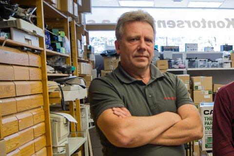 Leif Bøyum har fiksa elektronikk sidan 1975. Verkstaden til Kontorsenteret har alltid vore eit viktig satsingsområde for bedrifta.