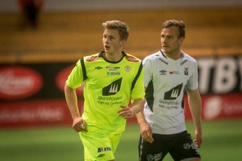 MØTER ÅRDAL: Mathias Flo og Fjøra skal spele 16. mai-kamp mot Årdal i kveld. Her frå ein treningskamp mot Førde i fjor.