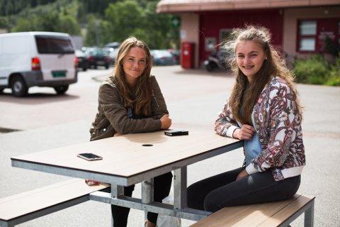 16-åringane Maria (t.v.) og Oda Lothe har blanda kjensler knytt til det nye Snapchat-kartet.