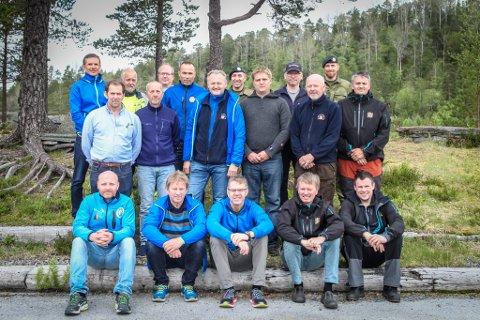 FRAMOVER: Dette er representantane som deltok under synfaringa i Kråkenesmarka onsdag sist veke. Framme frå venstre: Ole Arild Aa (Hyen), Magnar Isene (Førde), Ove Grimsbø (Holsen), Geir Finstad (DFS), Toni Hovdedalen (DFS). Midten frå venstre: Bjarte Haugnes (Florø), John Ulriksen (Florø), Christian Rekkedal (LS-sjef), Ole Jørgen Solli (Kongsberg Target Systems), Engebret Mjøseng (DFS) og Tor Ove Kristensen (DFS). Bak frå venstre: Bjørn Kjønås (Førde), Harry Gram (Førde), Axel Wttergreen (Cyber-forsvaret), Stein Mortensbakke (Førde), Åge Hagen (Forsvarsmateriell), Ole Rabbevåg (Kongsberg Target Systems) og Hans Erik Grøthaug (Forsvarsmateriell).