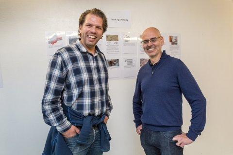 OPTIMISTAR: Viggo Leikanger (til venstre) håper sterkt på at gruvedrifta i Engebøfjellet kjem i gang, og han ønskjer eit tett samarbeid mellom anna mellom gruveselskapet og Høgskulen på Vestlandet. Til høgre Thomas Bainbridge Addison, dagleg leiar i Nordic Rutile AS.