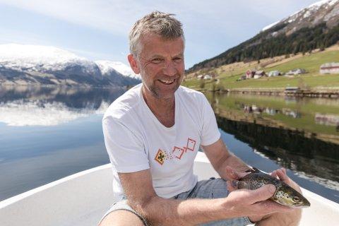 DELER KUNNSKAP: Finn Årdal har lang erfaring med innanlandsfiske. No deler Jølster-fiskaren kunnskapen for å hjelpe andre.
