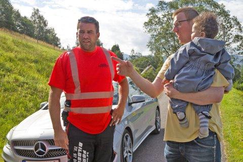 Arild Tistel, dagleg leiar i Førde Bilberging AS, er framme hos ein ny kunde, Olav Sunde, med sonen Marcus.