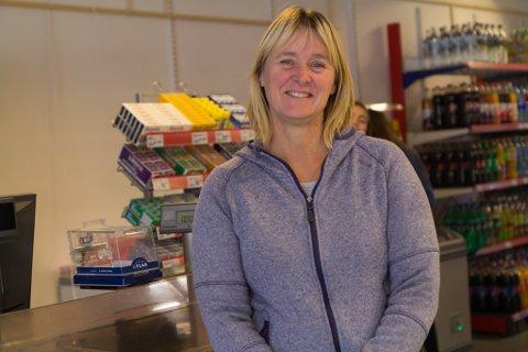 Dagleg leiar for Nærbutikken AS, Kari Stang er glad for all hjelp ho kan få frå bygdefolket.