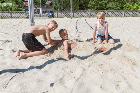 INGENTING ER SOM Å GRAVE SEG NED: Ola Fristad Fossedal og Alvolai Myrvang Røyseth graver ned Brage Olav Snildal Nitter medan dei ventar på ein fjerde person til å spele sandvolleyball.