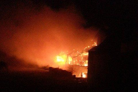 FYR: 37 personar måtte evakuerast under brannen, som blei meldt rundt klokka halv fire natt til 25. november 2016. No er brørne som dreiv hotellet tiltalt for å ha tappa hotellet for pengar og sett fyr på det.