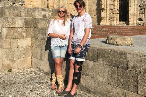PÅ FERIE: Mariann Njøsen og sonen Elias Njøsen Hilding ferierer på Rhodos og opplevde jordskjelvet, men slapp frå det heile utan skader. Bildet er teke før nattas oppleving.
