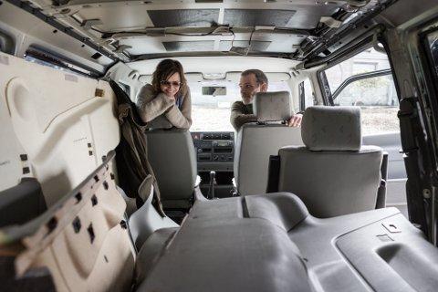 BUSTADEN: Her er dei i ferd med å rive ut interiøret i folkevognbussen. Den skal bli til ein heim for Heidi, David og hunden Vita.