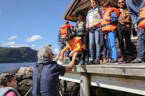 UT PÅ TUR: Sju år gamle Ahmed skal ut på fjorden, saman med Ove Erdal.