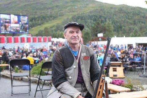 Alf Holsen frå Holsen er ein av 37 skyttarar som har fullt hus under feltskytinga i årets Landsskyttarstemne. På fredag skyt han om NM-titttelen.