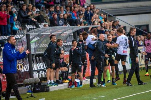 Chidi Nwakali kastar seg rundt halsen på trenar Eirik Bakke etter å ha sett inn 2-0 til Sogndal. Feiringa var for å takke for tilliten etter at han forsov seg.