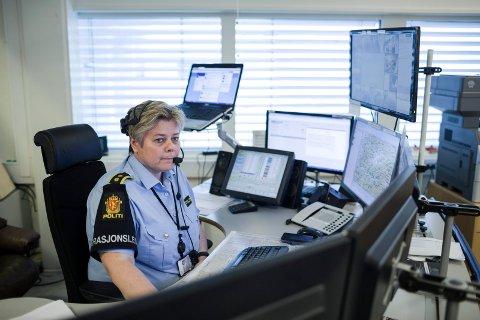 SENTRALEN: Operasjonssentralen politiet har i Florø skal etter planen flyttast til Bergen 8. november. Her er operasjonsleiar Wenche Hope på vakt.