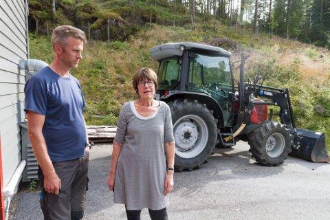 UFORSTÅELEG: Handverkar Knut Arve Helle og avdelingsdirektør Gunnhild Systad synest det er uforståeleg at nokon har stole ei traktorskuffe frå Sunnfjord Museum.