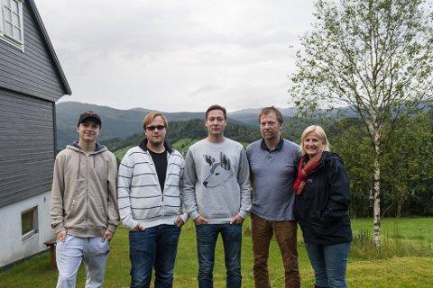 FRAMTID: Stian Indrebø, Kjetil Indrebø, Mathias Indrebø, Magnar Indrebø og Bente Eriksen er plaga av lukt frå Sunnfjord Miljøverk i forbindelse med kompostering av slam. No fryktar dei at klagane kan føre til at garden går ut av familien.