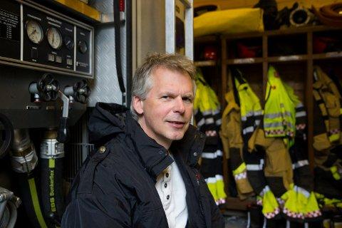 MÅ BETRE PÅ TILHØVA: Brannsjef Tor Arild Segtnan må rette opp i garderobetilhøva til brannmannskapet i Jølster, slik at kle brannmannskapa har brukt på jobb ikkje skjetnar til privatklea til mannskapen. Det kan forureine bilane og heimane deira. Arkivfoto.
