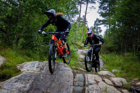 I TERRENGET: Lars Christian Danby Engø og Ruben Røbekk i full fart ned vegen frå Førdsnipa mot Grovene.