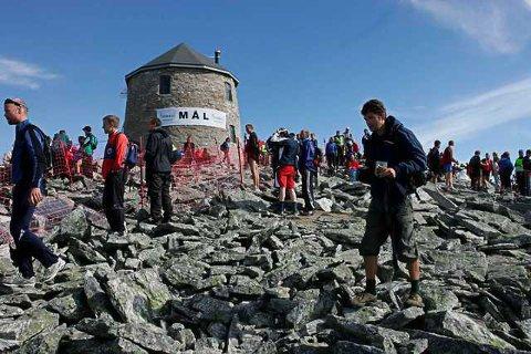TURSITMAGNET: Skålatårnet (på biletet) og den nye hytta Skålabu har så langt i år lokka fleire turgåarar opp Skåla.