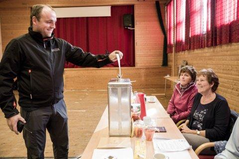 FIRE ÅR SIDAN: Jardar Følling gav si røyst under Stortingsvalet 2017. Margit Vallestad og Anne Karin Linde Vallestad sjekkar at alt går rett for seg.