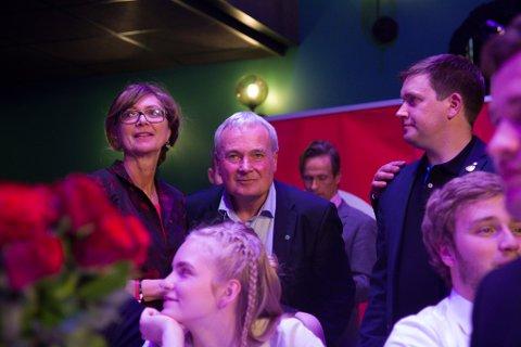 TAP: Aps Ingrid Heggø (t.v.) og Sps andrekandidat Steinar Ness (i midten) satsa alt på at eit nytt, raudgrønt Storting skulle stogge fylkessamanslåingane. Biletet er frå valvaka i september.