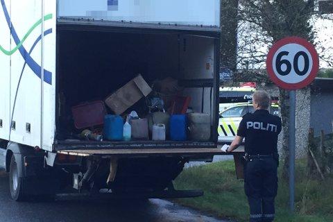 STOPPA: Denne lastebilen vart stoppa i Guddalen onsdag kveld. Politiet gjekk gjennom lasta.